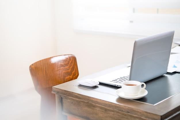 Thuiskantoor, lege monitor voor ontwerp, thuiswerken, webcommunicatie-oproep, online vergadering, concept voor externe werknemers, close-up, sjabloon, mock-up.