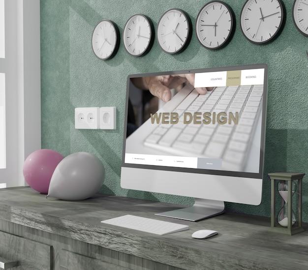 Thuiskantoor met desktopcomputer, ballonnen en wandklokken