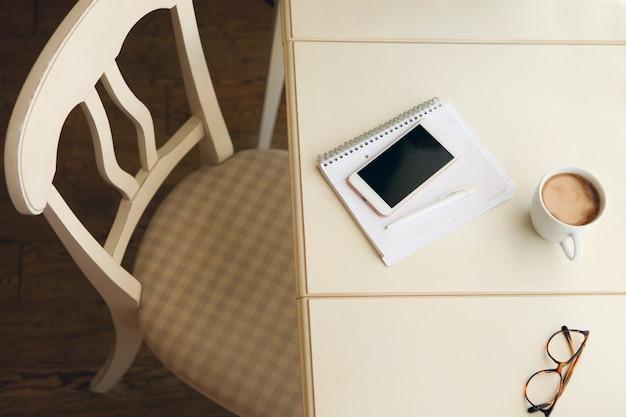 Thuiskantoor retro-stijl interieur gezellige werkplek bij huiselijke interieurstoel bij tafel Premium Foto