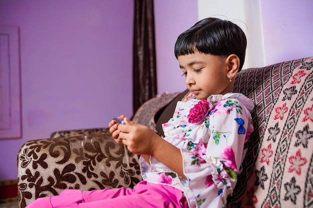 Thuisonderwijs aziatische kleine jonge studente die virtuele internet online les leert