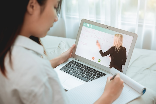 Thuisonderwijs concept, tiener student verblijf thuis met behulp van een klaslokaal of e-learning systeem voor zelfeducatie via internet cloud les