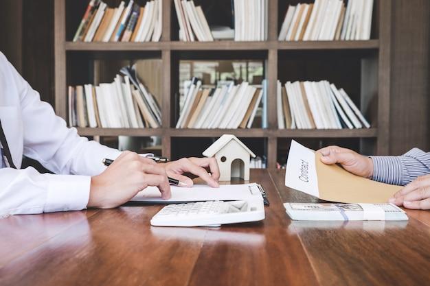 Thuisverzekeringspolis op woningkredieten, verzekeringsagent die over woninginvesteringen analyseert