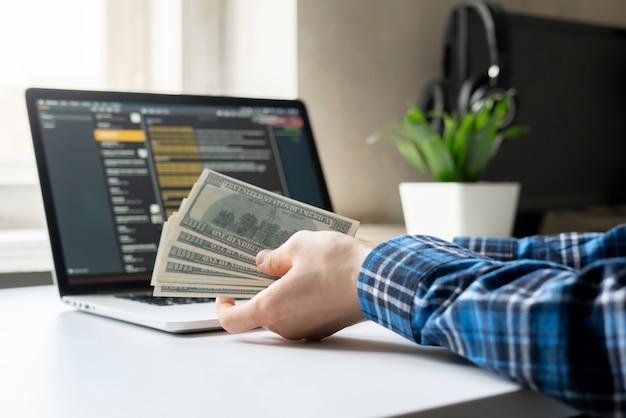 Thuiswerken. bijkomstigheid, persoon verdiende geld via computer via internet