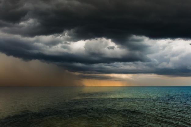 Thunder storm sky regen over de zee