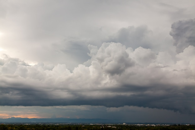Thunder stormhemel regenwolken