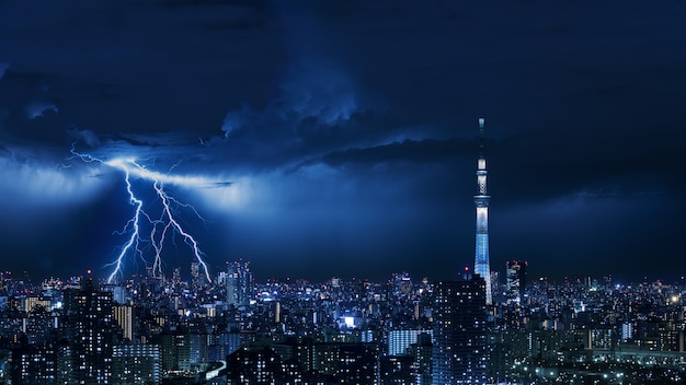 Thunder strom in de stad tokio van japan