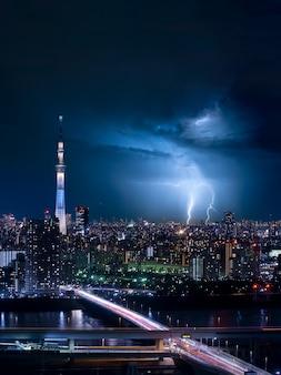 Thunder strom in de stad tokio van japan