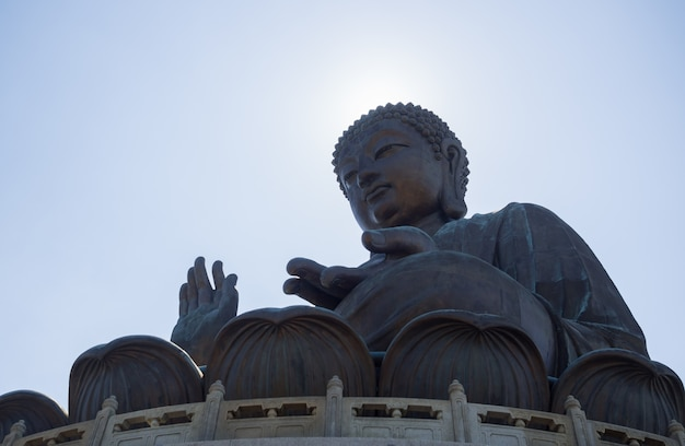 Tian tan buddha is een groot bronzen standbeeld van boeddha shakyamuni op ngong ping, lantau-eiland, in hong kong.
