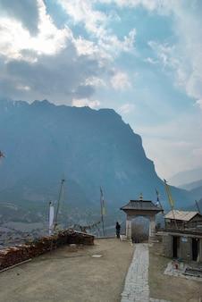 Tibetaans dorp in de himalaya-berg met blauwe lucht.