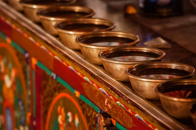 Tibetaans water aanbieden van kommen in likir gompa tibetaans boeddhistisch klooster ladakh india