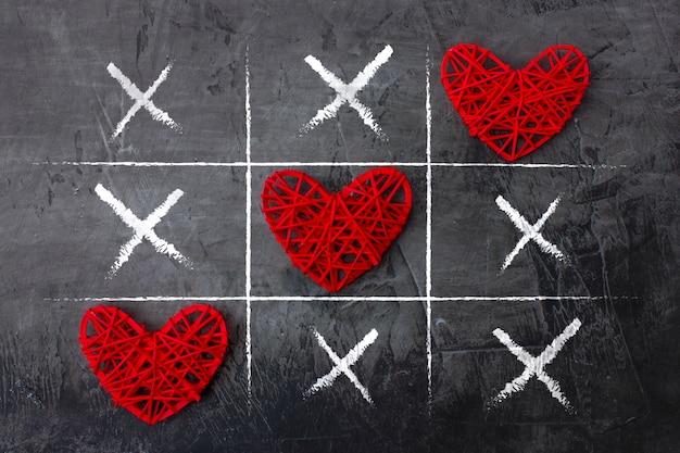 Tic tac toe-spel op valentijnsdag op donker