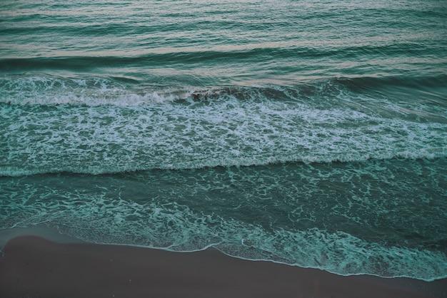 Tidewater groene zee achtergrond - kleurentrends 2021