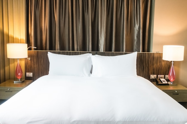 Tidy slaapkamer met twee lampen en gordijnen