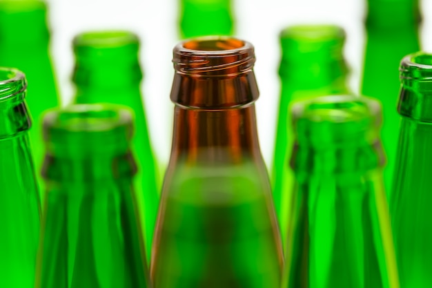 Tien groene en een bruine flesjes. centrale bruine fles in focus