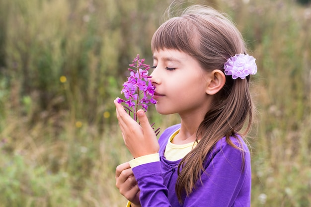 Tien-jaar-oude meisjes ruikende bloem