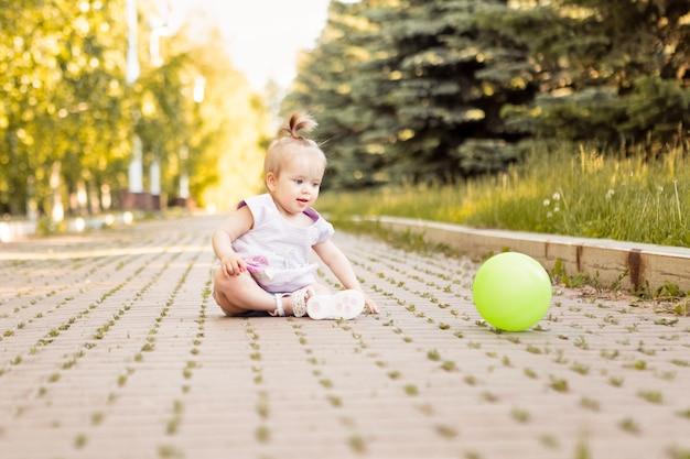 Tien maanden schattige baby meisje spelen in de zomer