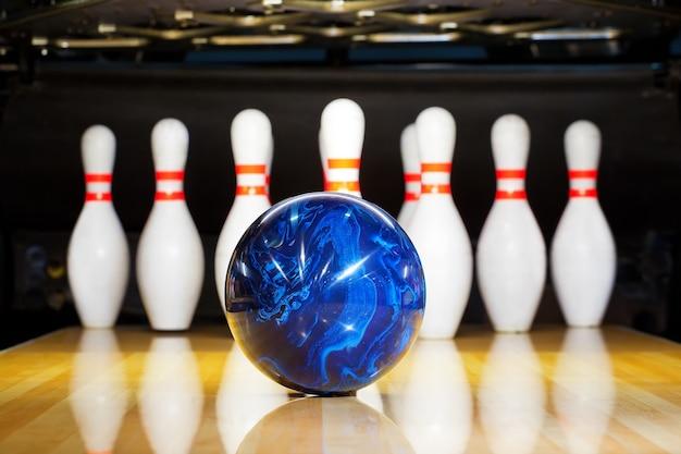 Tien pin bowling pins bij de steeg
