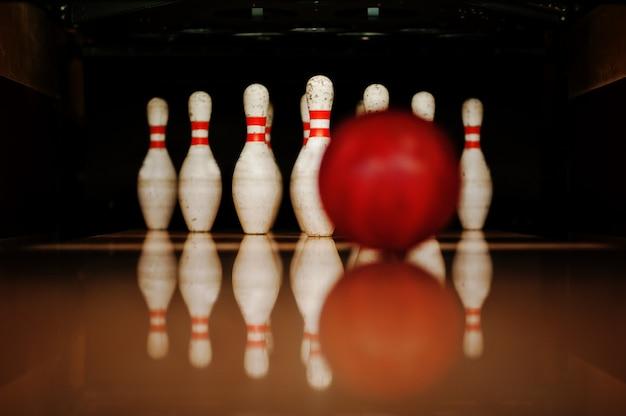 Tien witte pinnen in een bowlingbaan met balslag