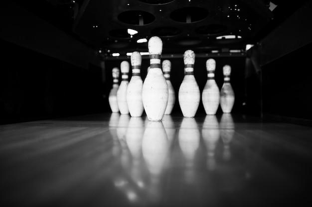 Tien witte pinnen in een bowlingbaan