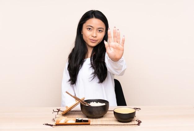 Tiener aziatisch meisje aziatisch eten
