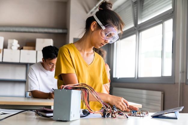 Tiener aziatisch meisje middelbare schoolstudent die elektronica leert met tablet kopieer ruimte onderwijs