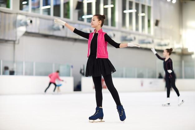 Tiener aziatische meisjeskunstschaatsen