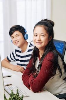 Tiener bij haar bureau