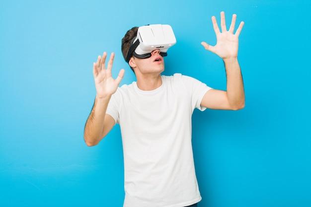 Tiener blanke man met behulp van een virtual reality-bril