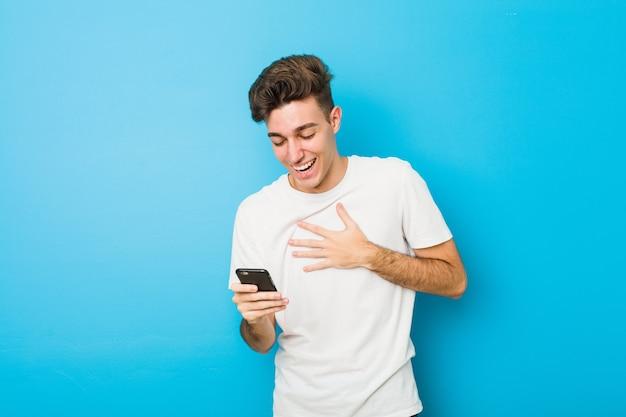 Tiener blanke man praten aan de telefoon