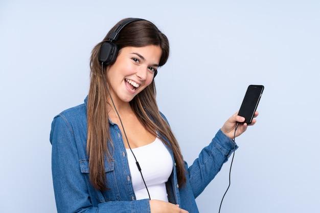 Tiener braziliaans meisje het luisteren muziek en het dansen