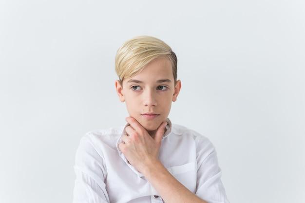 Tiener depressie en puberteit concept - triest tiener portret close-up op wit oppervlak.