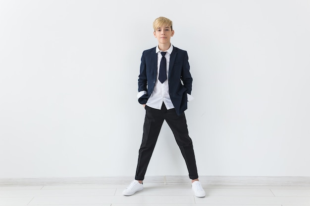 Tiener depressie en puberteit concept - triest tiener portret close-up op witte achtergrond.