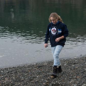 Tiener die bij de oever van het meer, het park van de staat van de teleurgeldpas, eiken haven, de staat van washington, de vs lopen