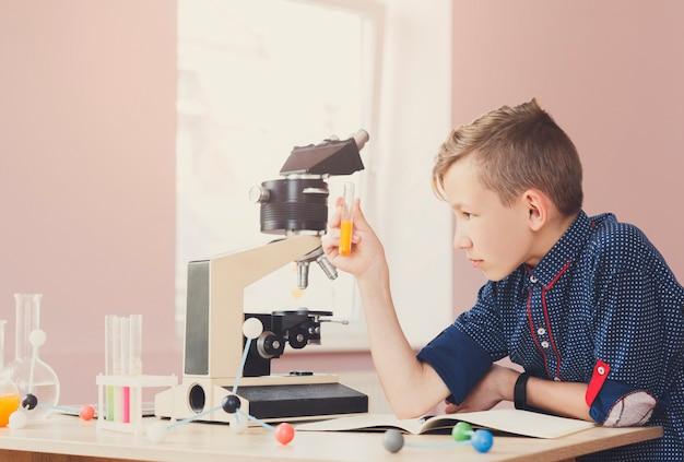 Tiener die chemisch onderzoek doet