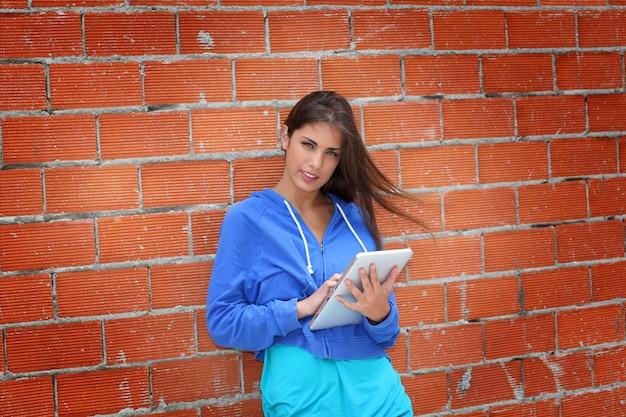 Tiener die elektronische tablet in de straat gebruiken