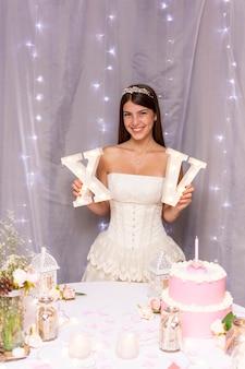 Tiener die haar quinceañerapartij viert