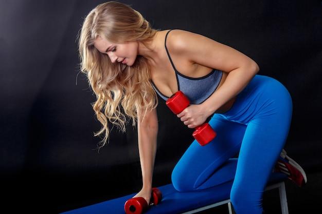 Tiener die met blond haar haar sportoefening maakt