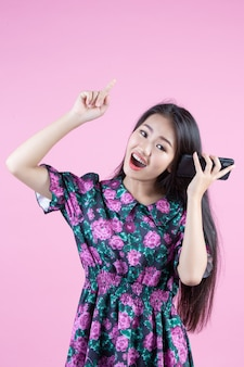 Tiener die telefoon en gezichtsemoties toont