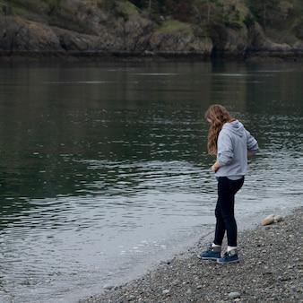 Tiener die zich bij de oever van het meer, het park van de staat van de teleurstellingpas, eiken haven, de staat van washington, de vs bevindt