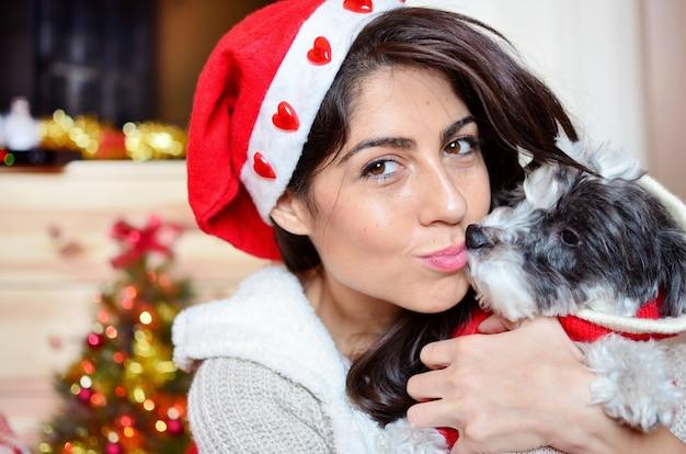 Tiener een kus geven aan haar hond