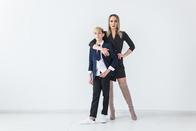 Tiener en moeder die kostuums dragen