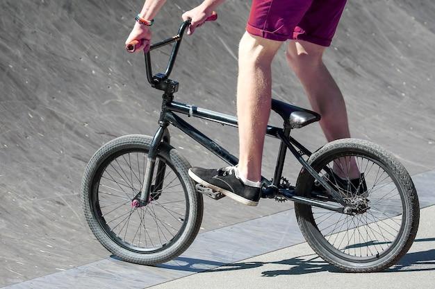 Tiener fietsen op een speciale achtbaan. sport en hobby's bij jongeren. vermaak en vrije tijd.