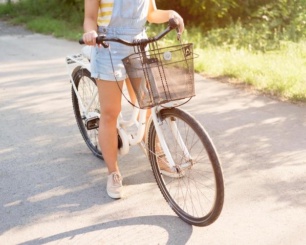 Tiener fietsten buitenshuis