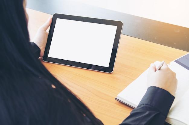 Tiener freelance werk bedrijf op tablet.