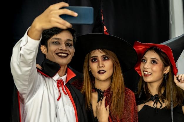 Tiener halloween-feest selfie