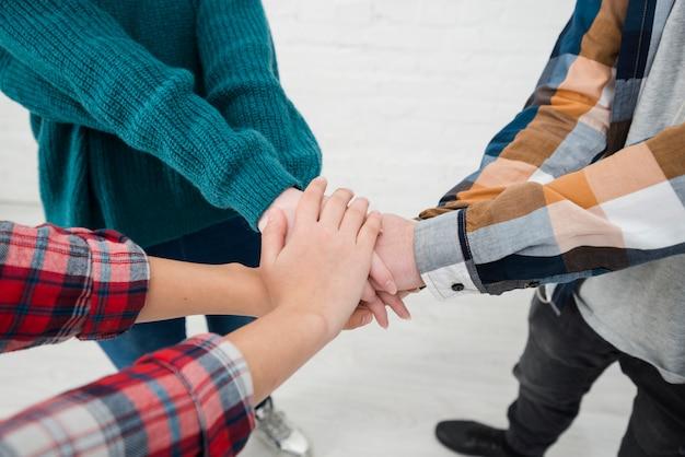 Tiener handen samen