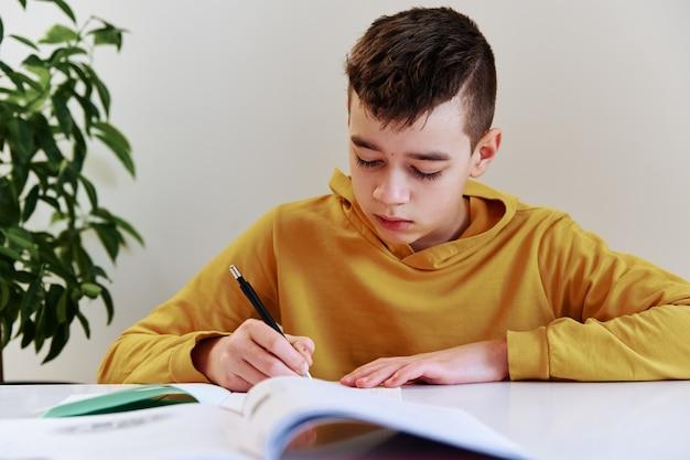Tiener huiswerk thuis