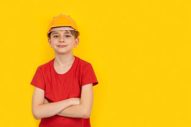Tiener in beschermende helm op gele studio