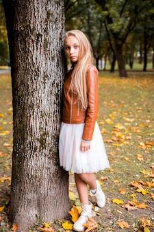 Tiener in de herfstbos