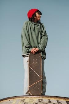 Tiener in het skatepark met plezier met skateboard